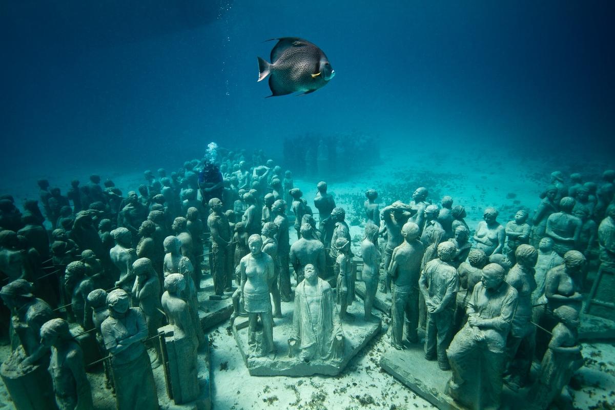MUSA hay Museo Subacuático de Arte là một bảo tàng dưới nước ở thành phố Cancun, Mexico. Nơi đây bao gồm 500 tác phẩm điêu khắc, được đặt sâu dưới đáy biển, giữa Cancun và đảo Isla Mujeres.   Dự án được triển khai năm 2009, với mục đích trở thành địa điểm lặn thu hút du khách thay cho rạn san hô Mesoamerican đang bị đe dọa. Qua đó, người lặn thường chia đôi thời gian, để đến thăm rạn san hô và cả bảo tàng. Mỗi năm, nơi đây thu hút khoảng 750.000 khách tham quan. Ảnh: Jason deCaires Taylor.