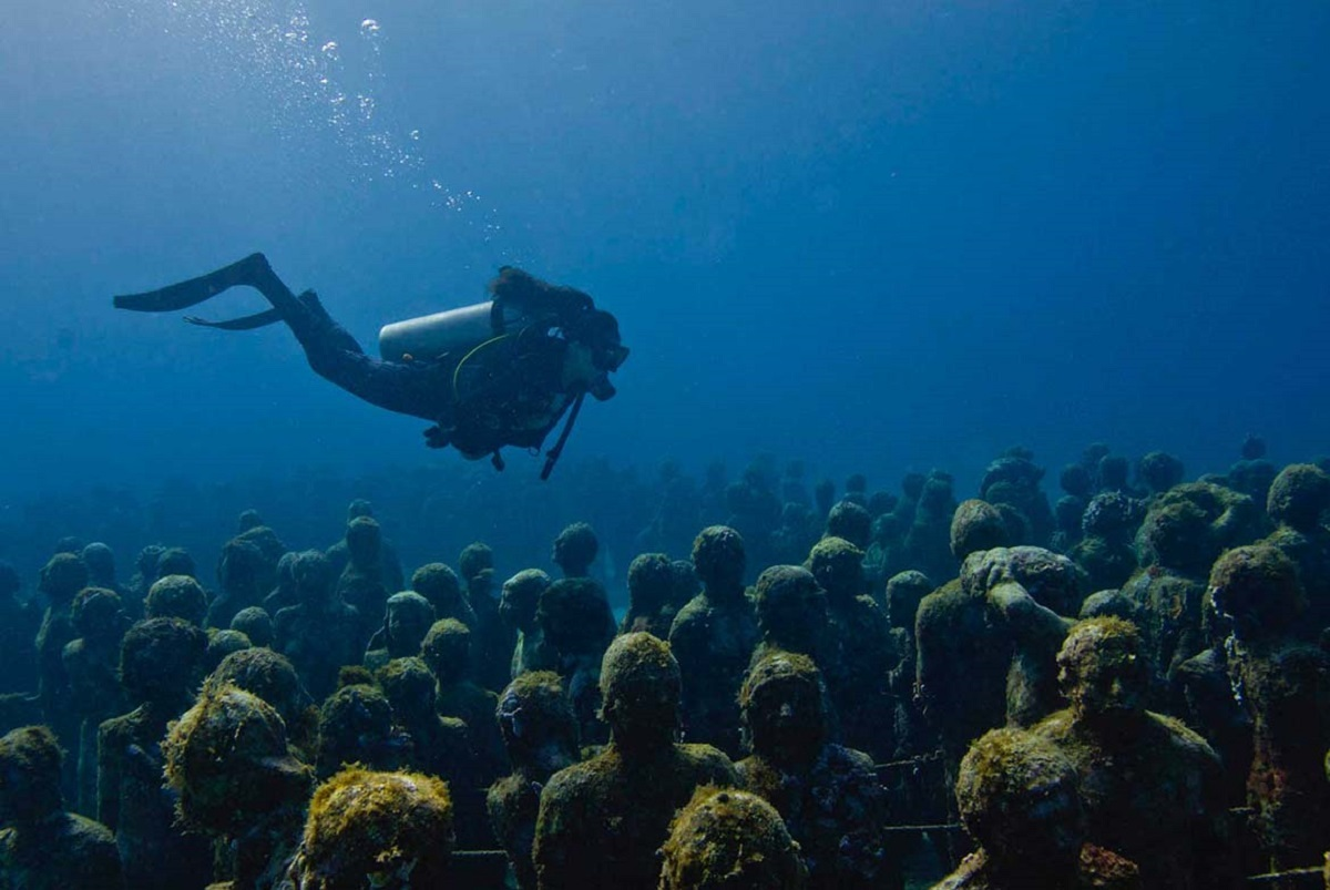 MUSA mở cửa quanh năm và có bán các gói lặn biển trong khoảng 2h với giá từ 90 - 140 USD một người. Những du khách không có chứng nhận lặn biển, có thể đăng ký thuê một hướng dẫn viên chuyên nghiệp, để được hướng dẫn và đảm bảo an toàn.  Với trẻ em hoặc người không thích bơi lội, tàu ngầm thủy tinh là một gợi ý. Trong 30 phút dưới đáy biển, du khách sẽ tham quan vòng quanh các bức tượng, trong khi thưởng thức đồ uống và nghe thuyết minh.  San hô rất dễ vỡ vì vậy du khách không chạm vào chúng. Đặc biệt lưu ý những dụng cụ hỗ trợ lặn. Bạn cũng nên hạn chế sử dụng các sản phẩm không tự nhiên như kem chống nắng để bảo vệ rạn san hô. Ảnh: An Adventure World.