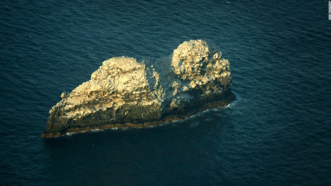 Gardner Pinnacles trông có vẻ trơ trọi, nhưng lại là nơi cư trú của một số loài chim biển. Ảnh: Lucy Pemoni/AP.