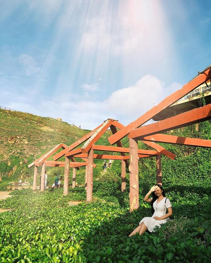 Cổng trời là địa điểm không thể bỏ lỡ khi check-in mũi Nghinh Phong. Để đến đây, du khách sẽ phải di chuyển qua một đường mòn, với những bậc thang đá xếp tầng. Dọc đường đi, bạn sẽ được chiêm ngưỡng đồi cỏ xanh mướt bao quanh, phía dưới là biển nước mênh mông, sau lưng là núi rừng kỳ vĩ. Ảnh: Meof.hana, maymay2752.