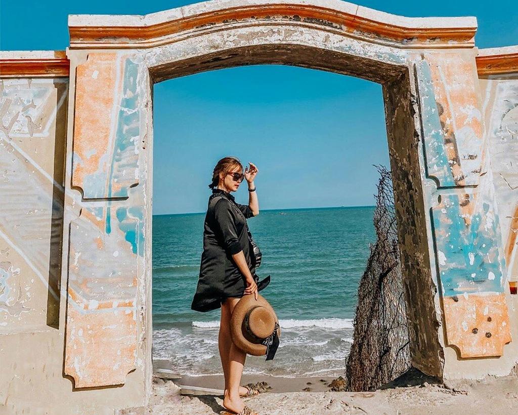 """Khi thấy công trình màu vàng, nằm nổi bật trên nền trời biển xanh ngắt, là lúc bạn đã """"chạm tay"""" tới cổng trời. Chiếc cổng không lớn và cũng chẳng có kiến trúc quá đặc biệt. Tuy nhiên, khi bước qua cánh cổng này, bạn sẽ thu vào tầm mắt bức tranh thiên nhiên đẹp tựa tranh vẽ. Đó là một vùng biển bao la, lộng gió, lấp lánh ánh nắng, phía xa là thành phố Vũng Tàu nhộn nhịp. Ảnh: Ngochuyenn158."""
