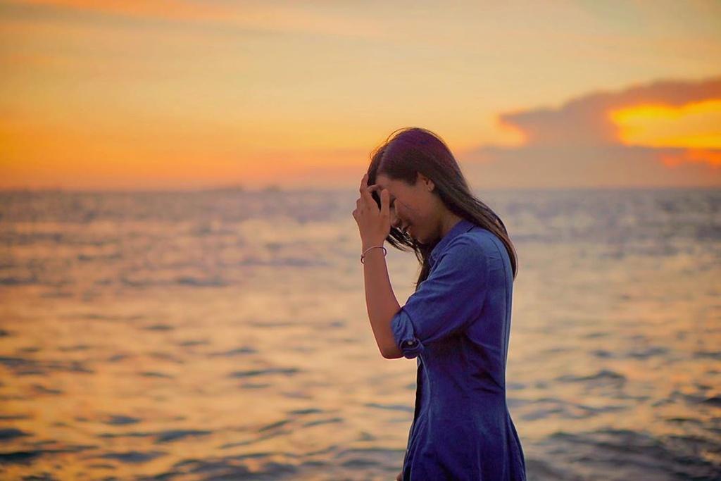 Bãi Dứa cũng là một trong những điểm hút khách ở mũi Nghinh Phong. Trước kia, trên những triền núi nhô ra biển có rất nhiều dứa dại, tỏa hương thơm ngát cả một vùng. Nơi đây được che chắn bởi những mõm núi nhô lên, ít có sóng to gió lớn. Tại đây, bạn có thể đắm mình trong làn nước mát lạnh, ngắm hoàng hôn trên biển, tham quan các công trình tôn giáo cổ kính như Niết Bàn Tịnh Xá, Lăng Ông Nam Hải... Ảnh: __yo.nguyen.