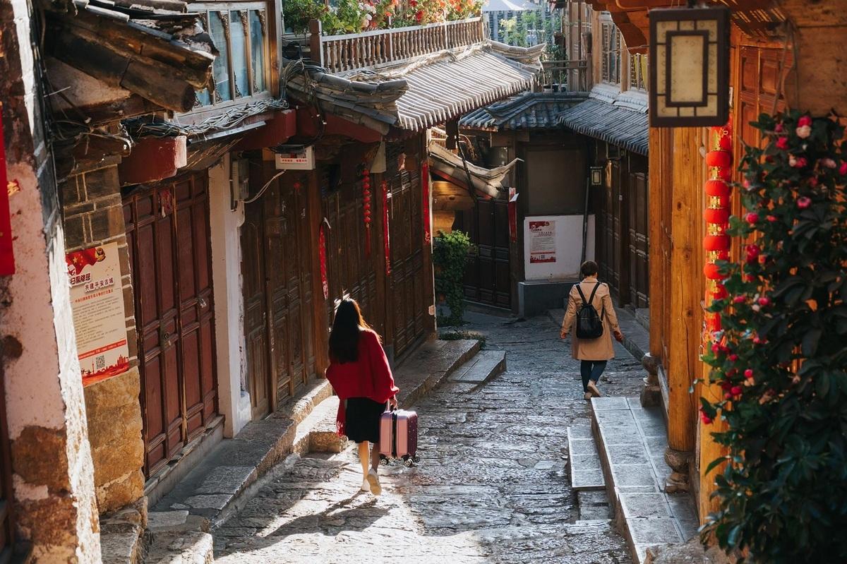 Đại Nghiên cổ trấn, hay phố cổ Lệ Giang, có diện tích 3,8 km2, nằm trên độ cao 2.400 m, thuộc cao nguyên Vân Quý, cách trung tâm tỉnh Vân Nam 50 km. Cổ trấn với không gian hoài niệm, trầm mặc là một trong những điểm đến được nhiều du khách Việt quan tâm.