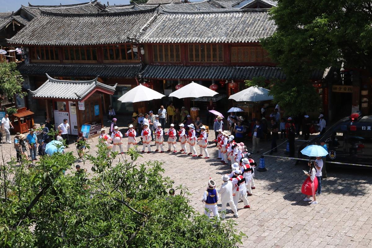 Đến với Đại Nghiên cổ trấn, du khách có dịp múa hát cùng người dân tộc Nạp Tây (Naxi), một dân tộc thiểu số ở khu vực thành phố Lệ Giang và những vùng tiếp giáp xung quanh tỉnh Vân Nam như Tứ Xuyên và Tây Tạng.   Người Naxi có nguồn gốc từ Tây Tạng, họ chịu nhiều ảnh hưởng của văn hóa Hán, dẫn đến pha trộn văn hóa của cả người Hán lẫn người Tạng, đặc biệt là trong âm nhạc.
