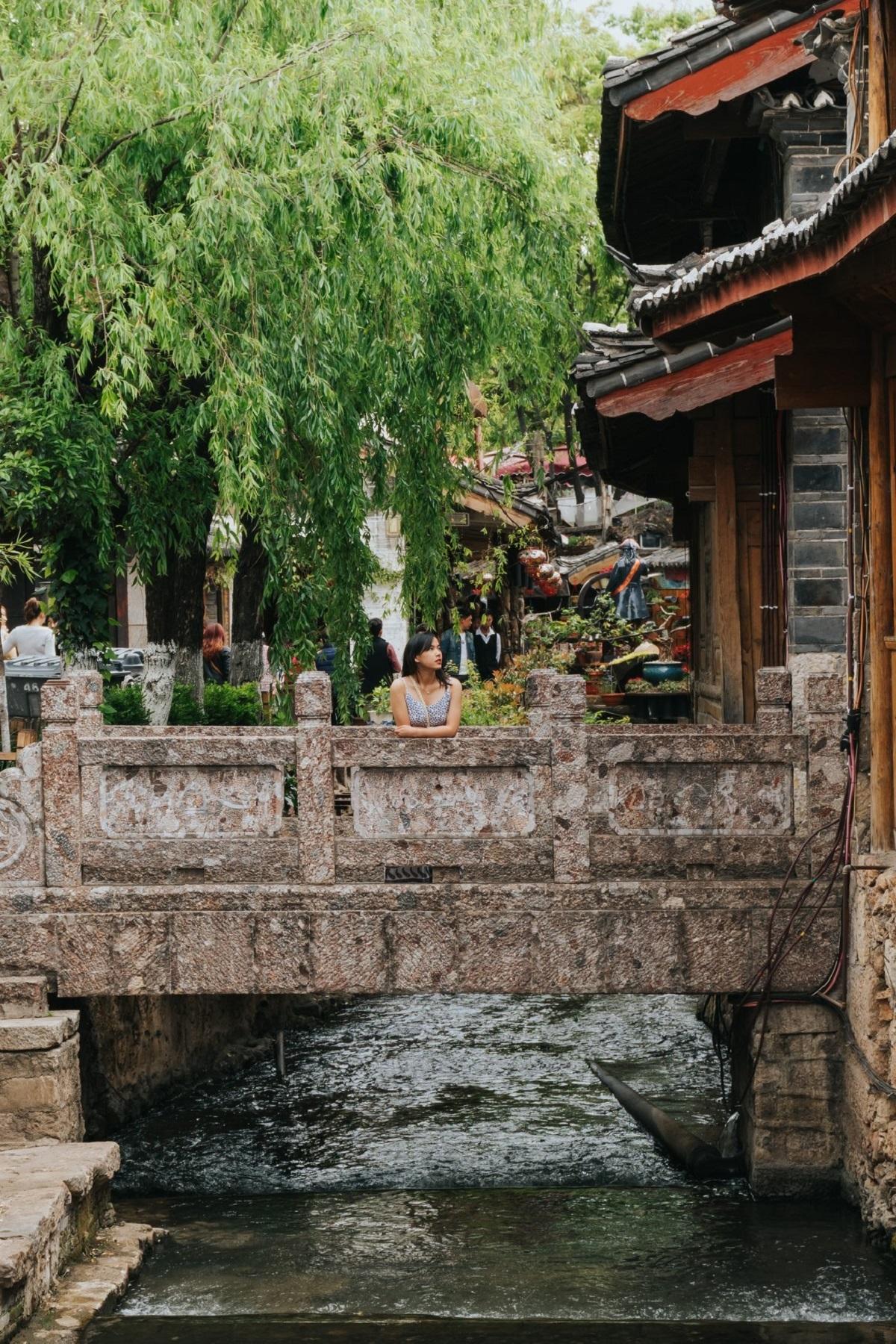 """Đô thị cổ Lệ Giang có lịch sử hơn 800 năm, được xây vào cuối đời Tống, đầu đời Nguyên. Trước cửa các ngôi nhà đều trồng dương liễu và có suối nước chảy qua. Trung tâm là phố Bốn Phương, nơi đây nổi tiếng về hệ thống đường thủy và cầu cống, nên còn được gọi là """"Venice của phương Đông"""". Lệ Giang có 354 chiếc cầu (bình quân cứ 1 km² có 93 cầu) bắc trên hệ thống sông Ngọc Hà trong nội thành. Những cây cầu được nhắc đến nhiều: Đại Thạch, Nam Môn, Mã Yên, Nhân Thọ, được xây vào đời Minh và Thanh.  Phố cổ từng chịu thiệt hại nặng nề bởi trận động đất vào tháng 2/1996. Tháng 12/1997, nơi đây được công nhận là Di sản văn hóa thế giới."""