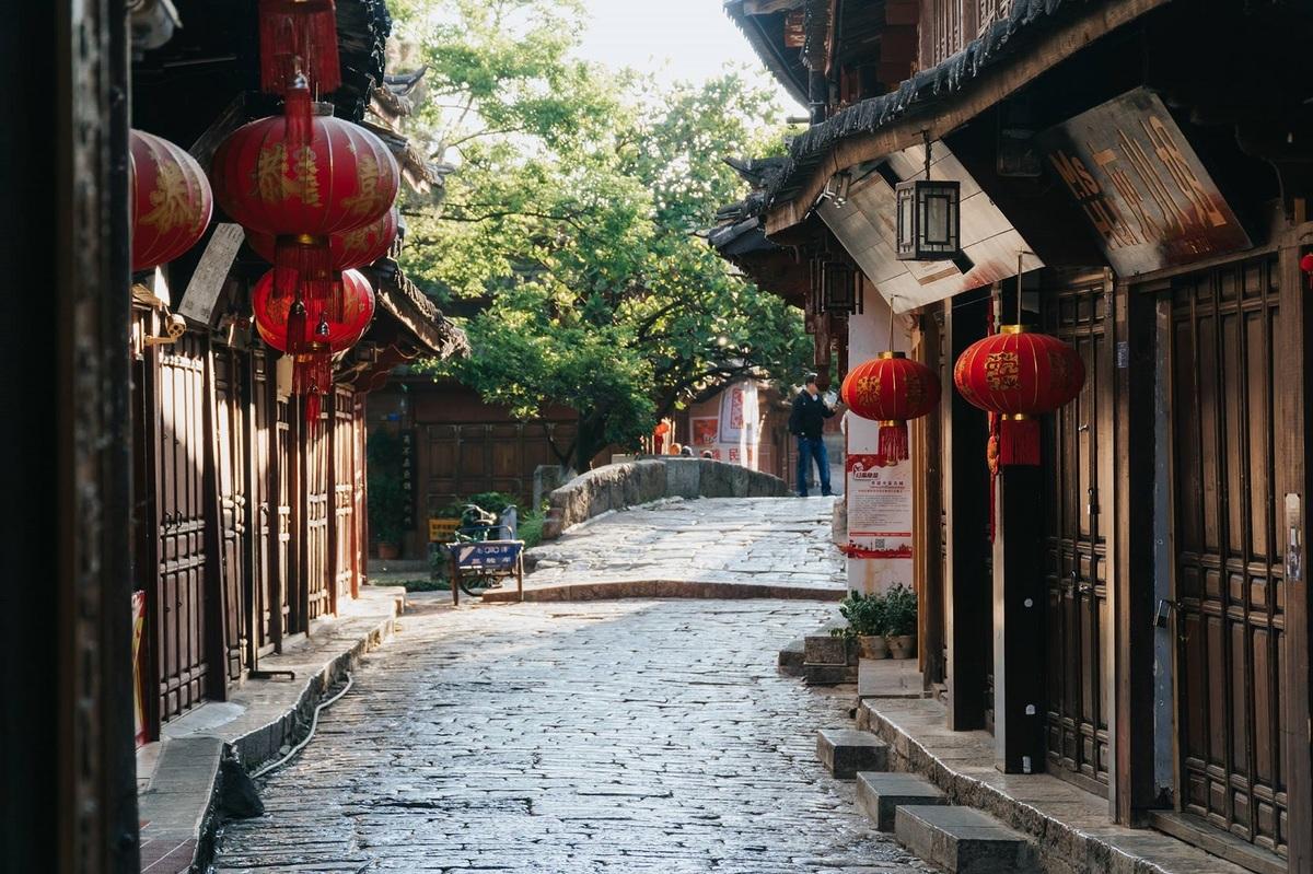 Những con đường lát đá, nhà cửa gỗ treo đèn lồng tựa như thước phim cổ trang.