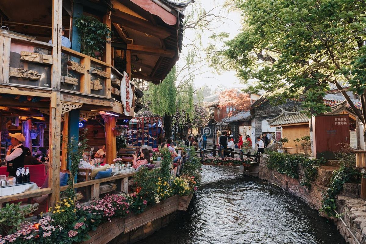 Men theo những con đường, du khách dễ dàng bắt gặp các quán cà phê ấm cúng với nhiều chậu hoa treo trước hiên.