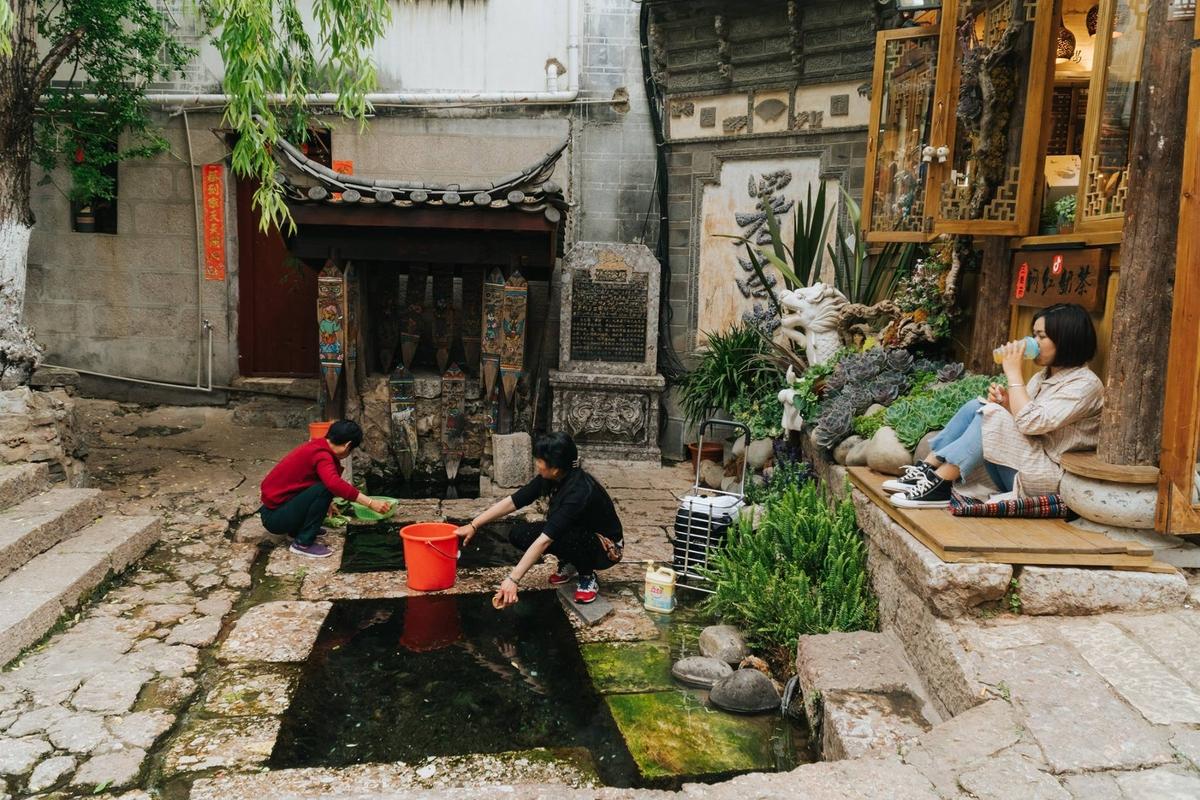 Theo Hiếu, du khách nên ở homestay để tiết kiệm chi phí, đồng thời tìm hiểu cuộc sống gia đình người dân. Tất cả các homestay ở đây đều có thiết kế khác nhau, với giá khoảng 120 CNY (400.000 đồng) một phòng.
