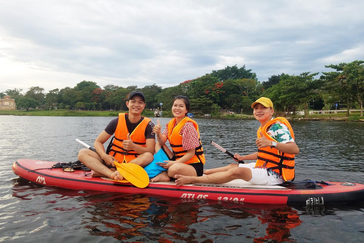 Chèo sup, du khách cũng có thể thoải mái check-in ghi lại những khoảnh khắc đẹp trên dòng sông Hương cùng với bạn bè. Theo quy định, du khách trước khi chèo sup sẽ phải mặc áo phao để đảm bảo an toàn.