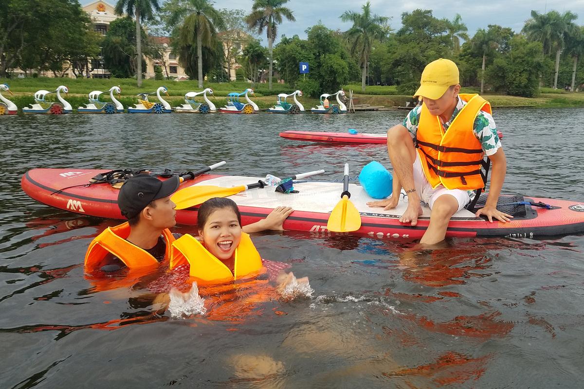Ngoài việc chèo sup, du khách cũng có thể trải nghiệm cảm giác tắm trên dòng sông Hương lúc sáng sớm hoặc chiều tà. Có thể nói, dòng sông Hương nằm giữa lòng TP Huế là một trong những con sông có làn nước trong xanh nhất Việt Nam.