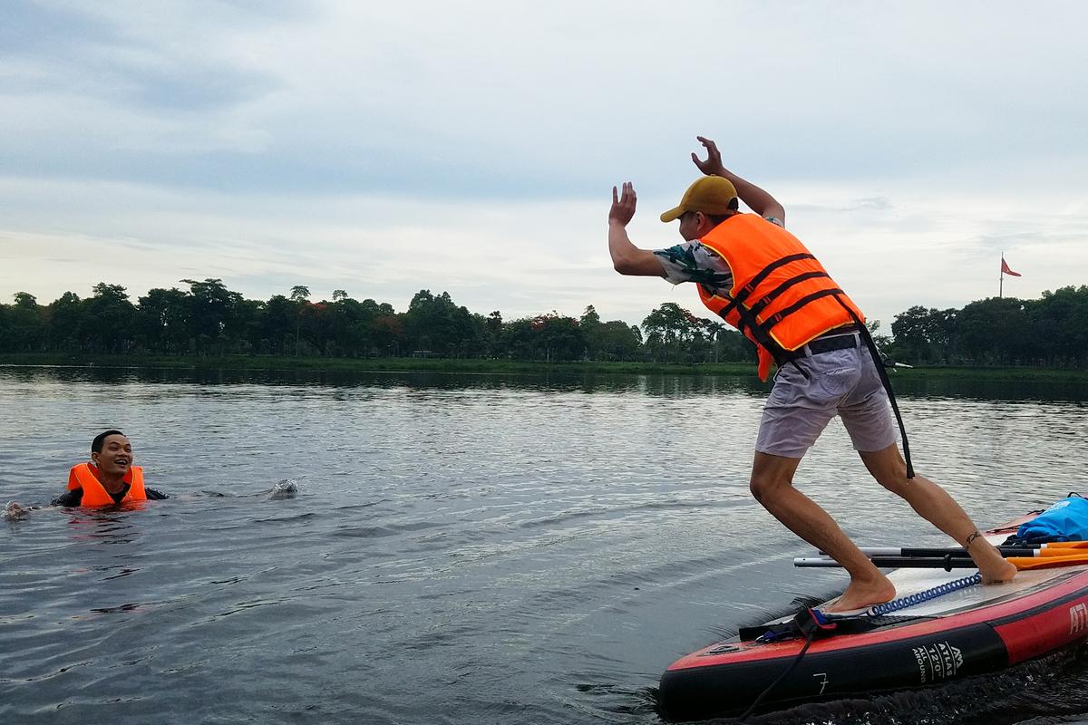 Các bạn trẻ xứ Huế lần đầu trải nghiệm chèo sup trên dòng sông Hương cảm thấy thích thú với mô hình du lịch này.