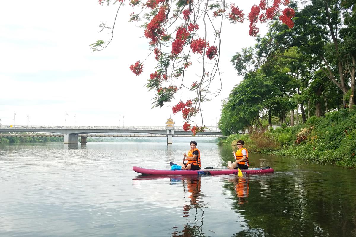 Chị Tâm Nhiên (TP Đà Nẵng) cho biết, đến Huế mà không chèo sup, tắm nước sông Hương quả thiếu xót thật.