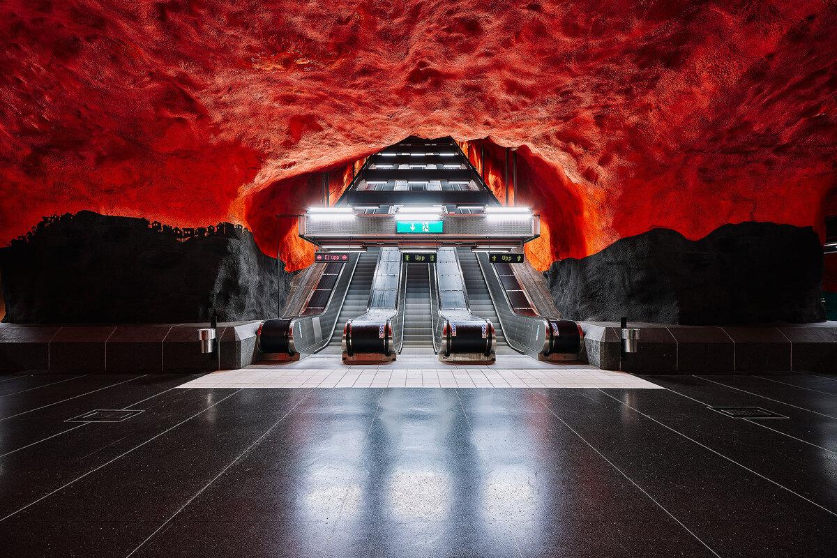 """Với khoảng 100 ga tàu được trang trí bằng các tranh tường, thiết kế độc đáo mang phong cách khác nhau, hệ thống ga tàu điện ngầm của Stockholm được mệnh danh là """"triển lãm nghệ thuật dài nhất thế giới"""". Vì thế, nếu có dịp tới Stockholm du khách hãy dành một ngày thăm các ga tàu điện ngầm để chiêm ngưỡng thế giới ngầm đậm chất nghệ thuật này."""