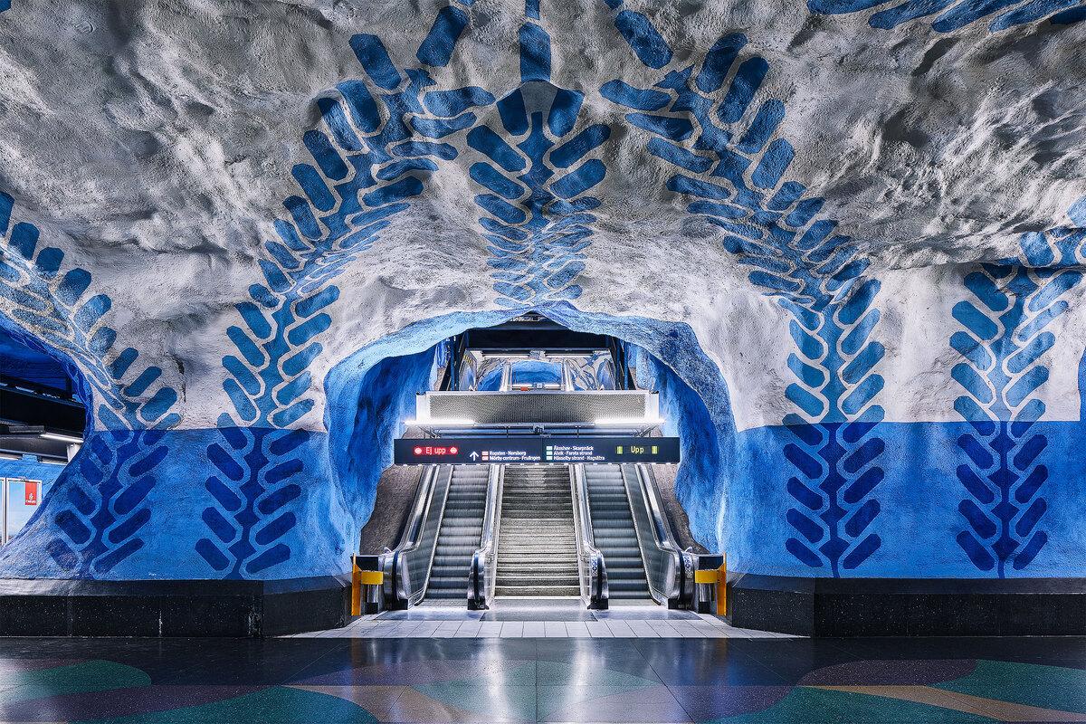 Từ năm 1957 tại Stockholm, các nghệ sĩ đã góp phần rất lớn trong việc trang trí và hoàn thiện mỗi khi có một ga tàu mới xây nên ở đây. Các nhà ga dù cũ nhưng luôn là điểm đến hấp dẫn du khách và các nhiếp ảnh gia vì vẻ đẹp riêng từ những bức tượng, tranh tường hay mô hình trưng bày.  Bộ ảnh Metro của nhiếp ảnh gia David Altrath sẽ đưa mọi người khám phá thế giới đầy màu sắc của các ga tàu điện ngầm.