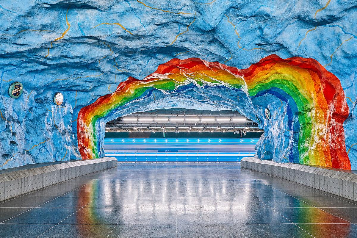 """Trong thời gian ở Stockholm, David trò chuyện với nhiều người dân và nhận ra họ luôn có niềm tự hào và mong muốn bảo tồn vẻ đẹp của các ga tàu điện ngầm. Họ cho rằng, các thiết kế nghệ thuật giúp mọi người qua lại nơi đây bình tâm hơn, còn các ga tàu """"thời trang"""" hơn. Trong khi các ga tàu trên thế giới có thiết kế tẻ nhạt, ở Stockholm chúng mang vẻ đối lập hoàn toàn và đem tới trải nghiệm du lịch thoải mái, nhẹ nhàng."""