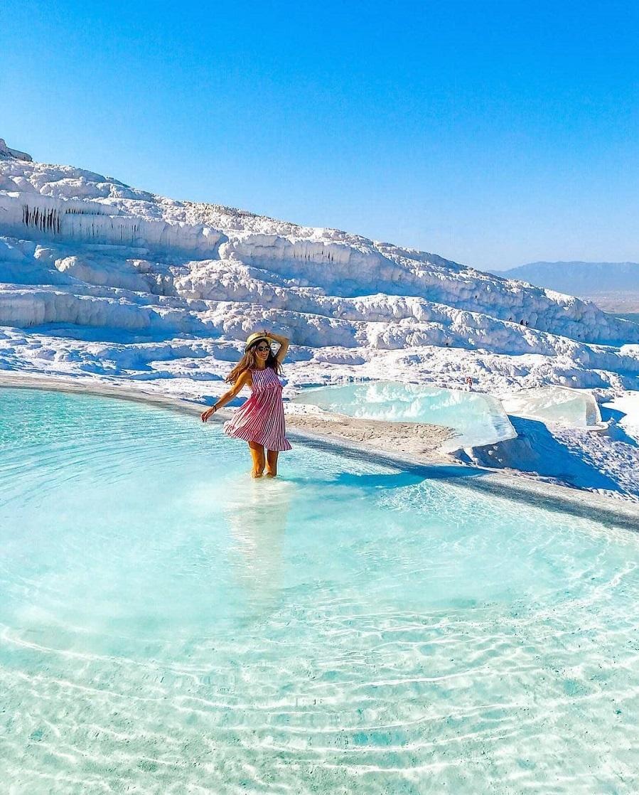 Với những công dụng về sức khỏe và làm đẹp, Pamukkale đã trở thành điểm thu hút người tham quan từ thế kỷ 2 TCN, trước khi thị trấn spa Hierapolis được xây dựng xung quanh các suối nước nóng.