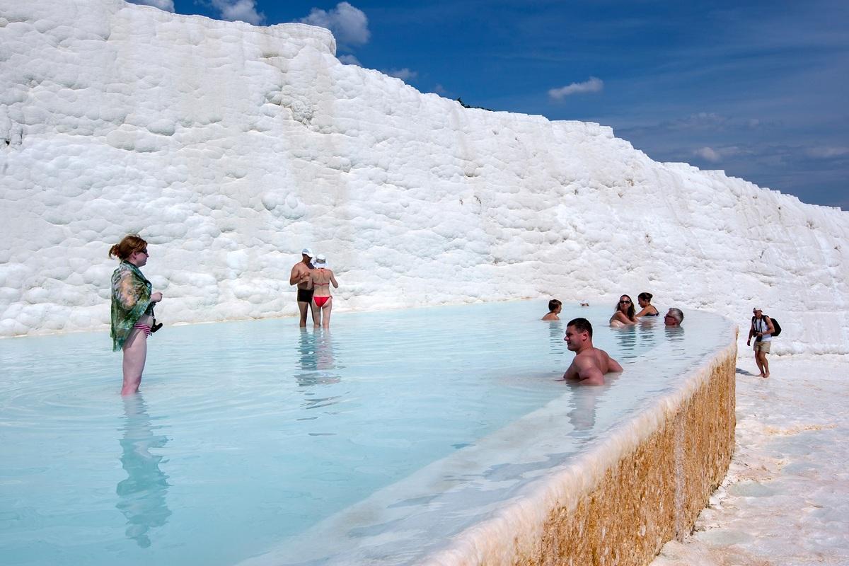 Cho đến những năm 1980, Pamukkale là điểm đến phổ biến với du khách trong nước. Vì vậy, chính quyền địa phương bắt đầu tiếp thị và phát triển nơi đây như trung tâm chăm sóc sức khỏe, thu hút khách quốc tế. Các nhà nghỉ xung quanh được phá bỏ để khu vực thoáng đãng hơn. Các con đường lên dốc được khai thác thành hồ bơi để du khách đi bộ và ngâm mình.