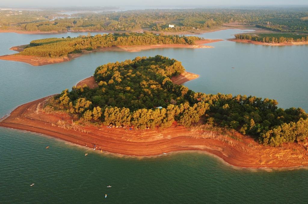Vẻ đẹp của hồ nước ngọt nhân tạp lớn nhất Việt Nam