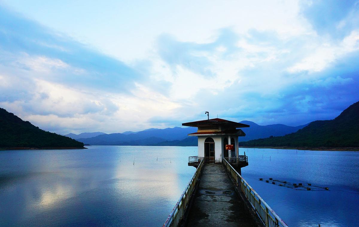 Hồ Núi Một là một trong những hồ nước ngọt lớn nhất của tỉnh Bình Định với mặt hồ rộng hơn 1.200 ha, ở xã Nhơn Tân, thị xã An Nhơn cách thành phố Quy Nhơn khoảng 40 km về phía Tây Bắc.
