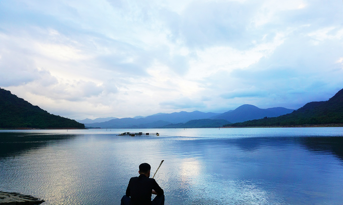 Trong ánh hoàng hôn, du khách có thể thư thả buông cần câu dưới mặt hồ phẳng lặng in bóng mây.