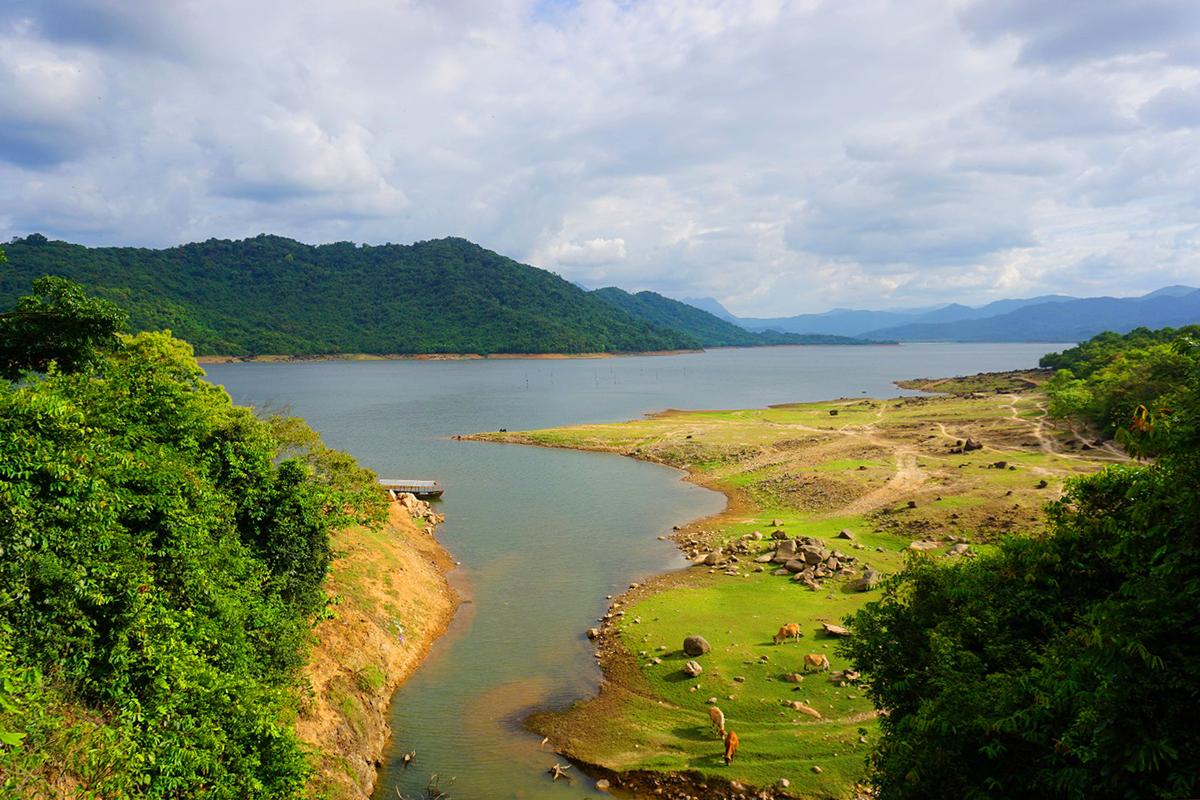 Xung quanh hồ là suối, thác, hang động, rừng nguyên sinh, chính giữa là mặt nước hồ phẳng lặng, trong xanh, tạo nên một khung cảnh sơn thủy hữu tình.