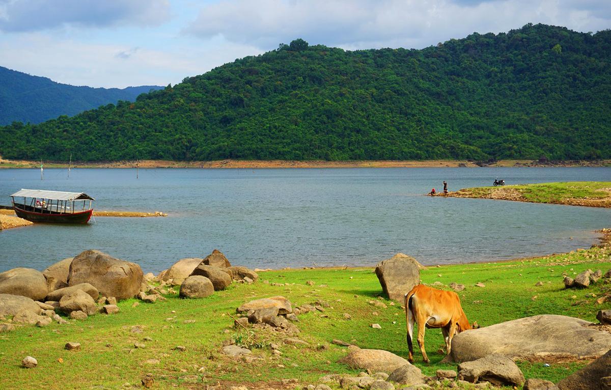 Mỗi mùa trong năm, hồ đều mang một vẻ đẹp riêng. Vào đầu mùa hạ, khi lượng nước đang cạn, hồ dần để lộ ra những cánh đồng cỏ xanh xen kẽ đá nhấp nhô.