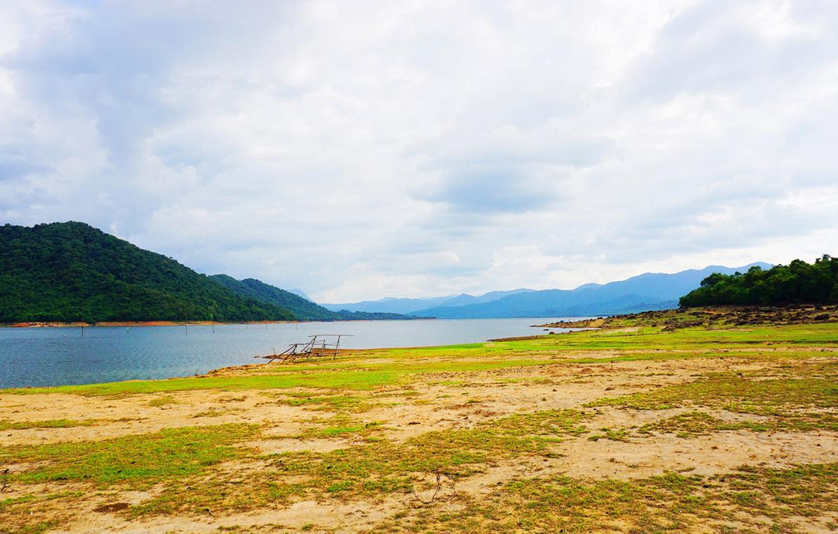 Gần cuối hồ là làng đồng bào dân tộc Bana. Du khách có thể khám phá tìm hiểu thiên nhiên và tham gia các hoạt động văn hóa bản địa như ca múa hát, cồng chiêng…