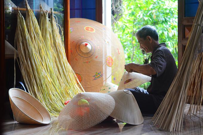 Một nghệ nhân làm nón ngựa ở Phú Gia. Ảnh: Phong Vinh.