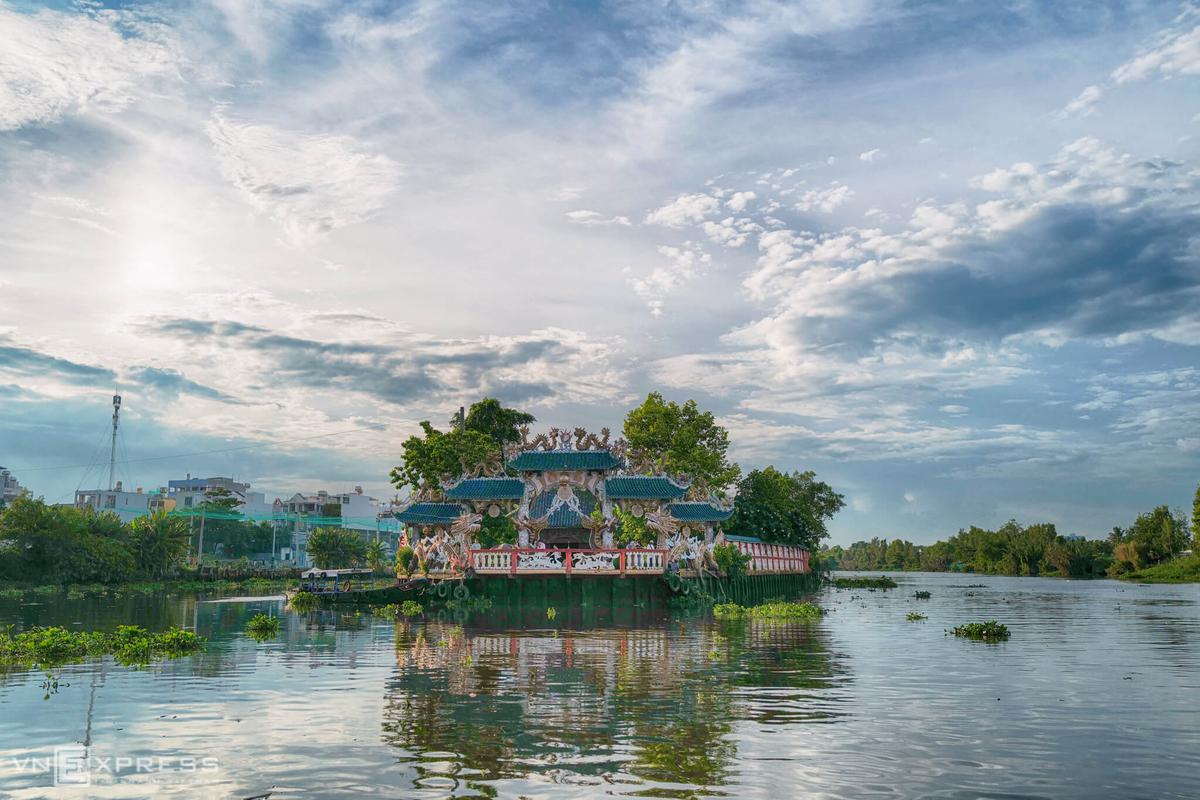Miếu Phù Châu (phường 5, quận Gò Vấp, TP HCM) là một trong những công trình tín ngưỡng độc đáo. Miếu được xây dựng trên một cồn đất nhỏ có diện tích khoảng 2.500 m2 giữa sông Vàm Thuật, do đó còn có tên là miếu Nổi.