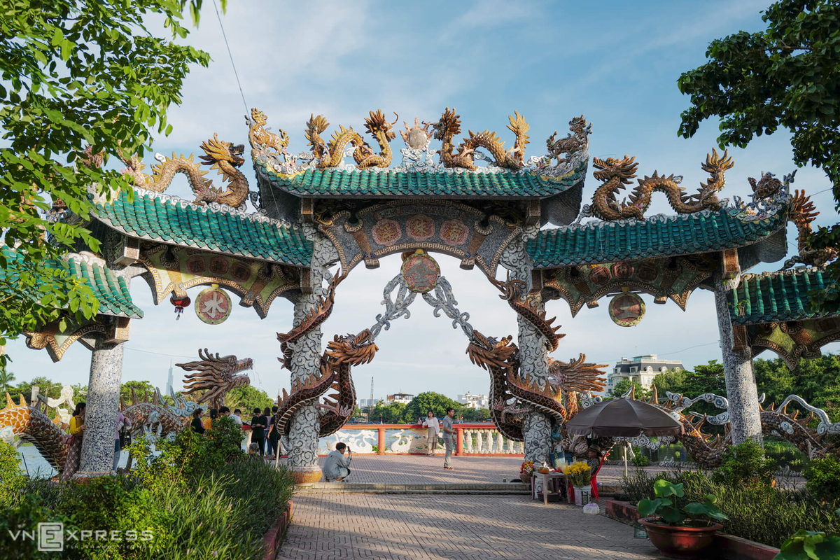 Từ miếu nhìn ngược ra cổng, du khách có cảm giác như hàng trăm con rồng lấy nước từ công sông Vàm Thuật và đang trên đường về trời.