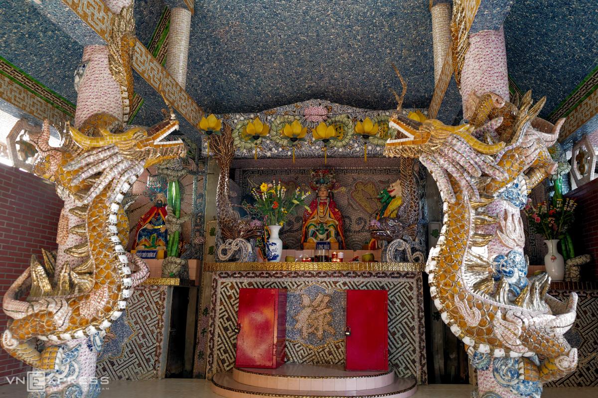 Khi bước vào bên trong, du khách sẽ thấy nhiều phù điêu hình rồng khác. Ước tính, trong khuôn viên, có hơn 100 con rồng lớn, nhỏ và được ốp bằng các loại mảnh sứ nhiều màu sắc bắt mắt.