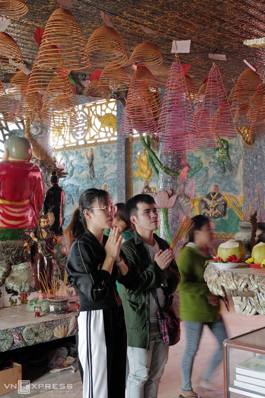 Phần lớn người đến viếng miếu thường cầu tình duyên, con cái và sự bình an.