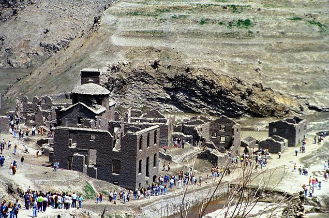 Ngôi làng trung cổ xuất hiện sau các lần rút nước thu hút hàng trăm nghìn du khách tới đây khám phá. Ảnh: Flickr.