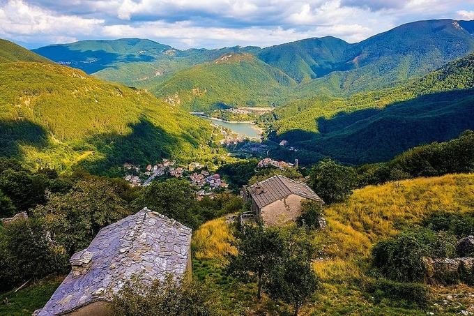 Khung cảnh thiên nhiên quanh hồ Vagli. Ảnh: Shutterstock.