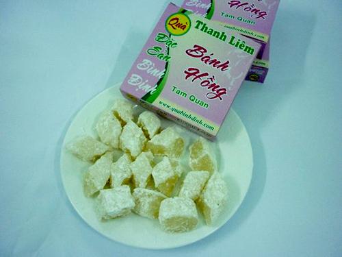 Bánh hồng là loại bánh được làm từ bột nếp, đường và dừa sợi. Ảnh: Duyên Mới.