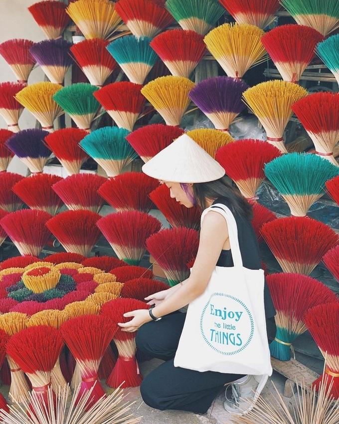 Vì những bó hương đa sắc, du khách nên diện trang phục tông trầm hoặc đơn sắc để hài hòa hơn. Ảnh: Thanh Nga.