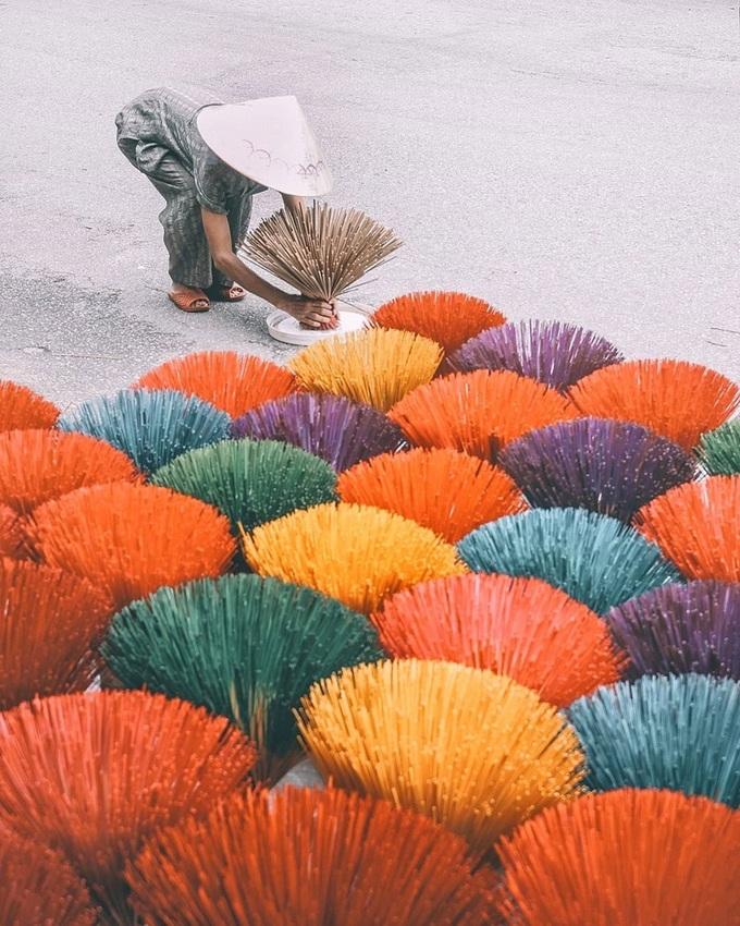 Nhiều du khách ví những bó chông hương như hoa ngũ sắc, xòe thành từng chùm độc đáo. Hiện các hộ dân vẫn làm hương thủ công để phục vụ du lịch. Đến đây, du khách còn có cơ hội quan sát quá trình tạo ra que hương truyền thống và tự tay làm sản phẩm theo hướng dẫn của thợ làng nghề. Ảnh: Vũ Phạm.