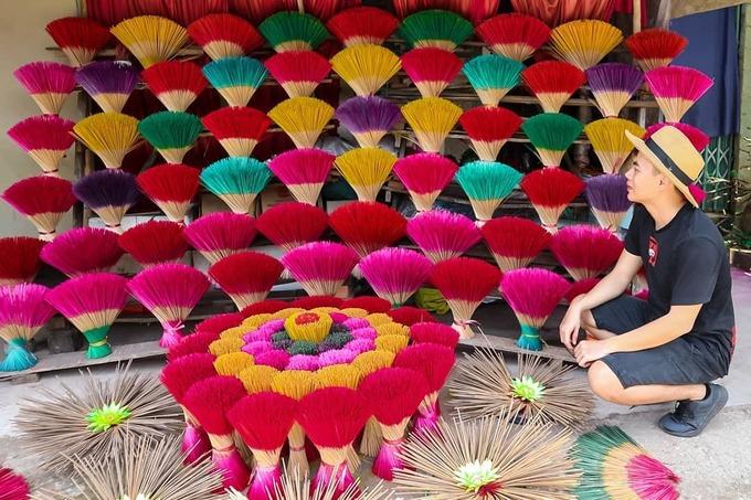 Thợ làng nghề xếp hương thành từng vòng xen kẽ màu sắc, gợi liên tưởng mùa hoa bung nở khắp Huế mùa hạ. Các sắc hồng, xanh, vàng, tím, đỏ... mang câu chuyện đẹp và đầy sức sống của làng nghề 700 tuổi. Ảnh: Haruvo1989.