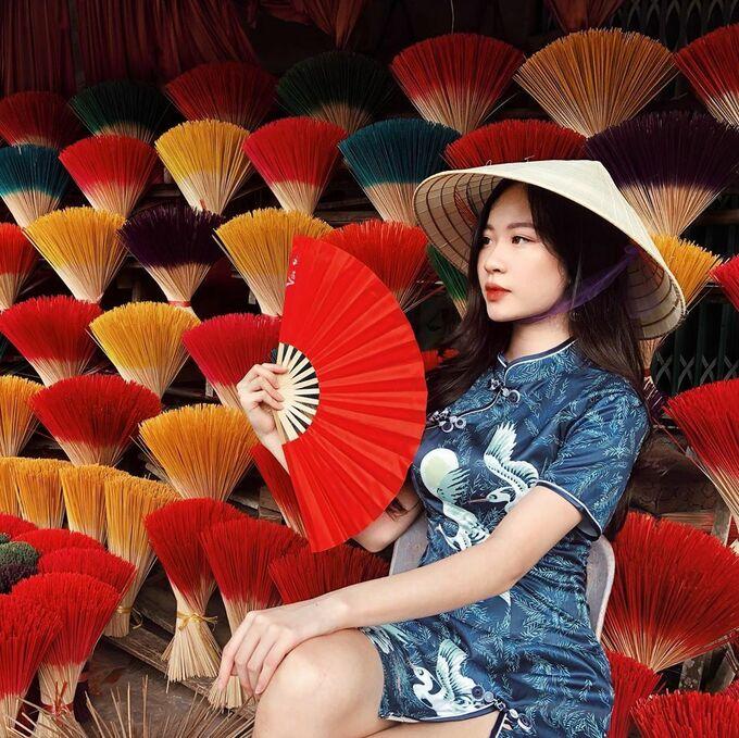 Nhiều bạn trẻ đội nón lá, diện áo dài cách tân theo phong cách hoài cổ khi chụp ảnh tại làng hương Thủy Xuân. Ảnh của Khánh Ly được khen độc lạ, bắt mắt, làm bật nổi trang phục họa tiết trung tính. Ảnh: Khánh Ly.