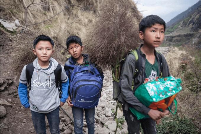 Học sinh trở về nhà sau khi các trường nội trú ở Kathmandu đóng cửa vì dịch bệnh. Ảnh: Nepal Times.