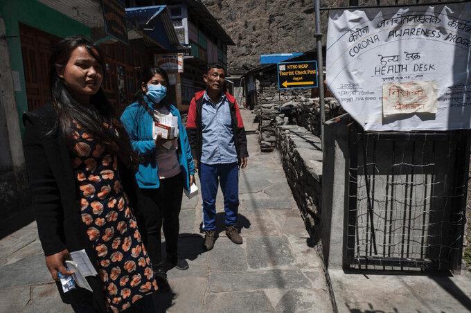 Du khách khi tới làng Jagat sẽ được đo thân nhiệt. Ảnh: Nepal Times.