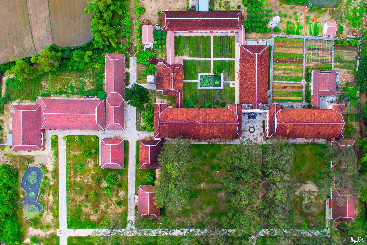 Khuôn viên tiểu chủng viện Làng Sông rộng 2.000m2. Căn nhà duy nhất trên mảnh đất chữ nhật bên trái, là nền móng của nhà in.  Khu vực này từng là một trong những trung tâm truyền giáo đầu tiên của miền Trung, do các giáo sĩ truyền giáo Bồ Đào Nha lập ra khi đặt chân lên vùng đất Quy Nhơn, Bình Định khoảng 400 năm trước. Ảnh: Anh Bii.