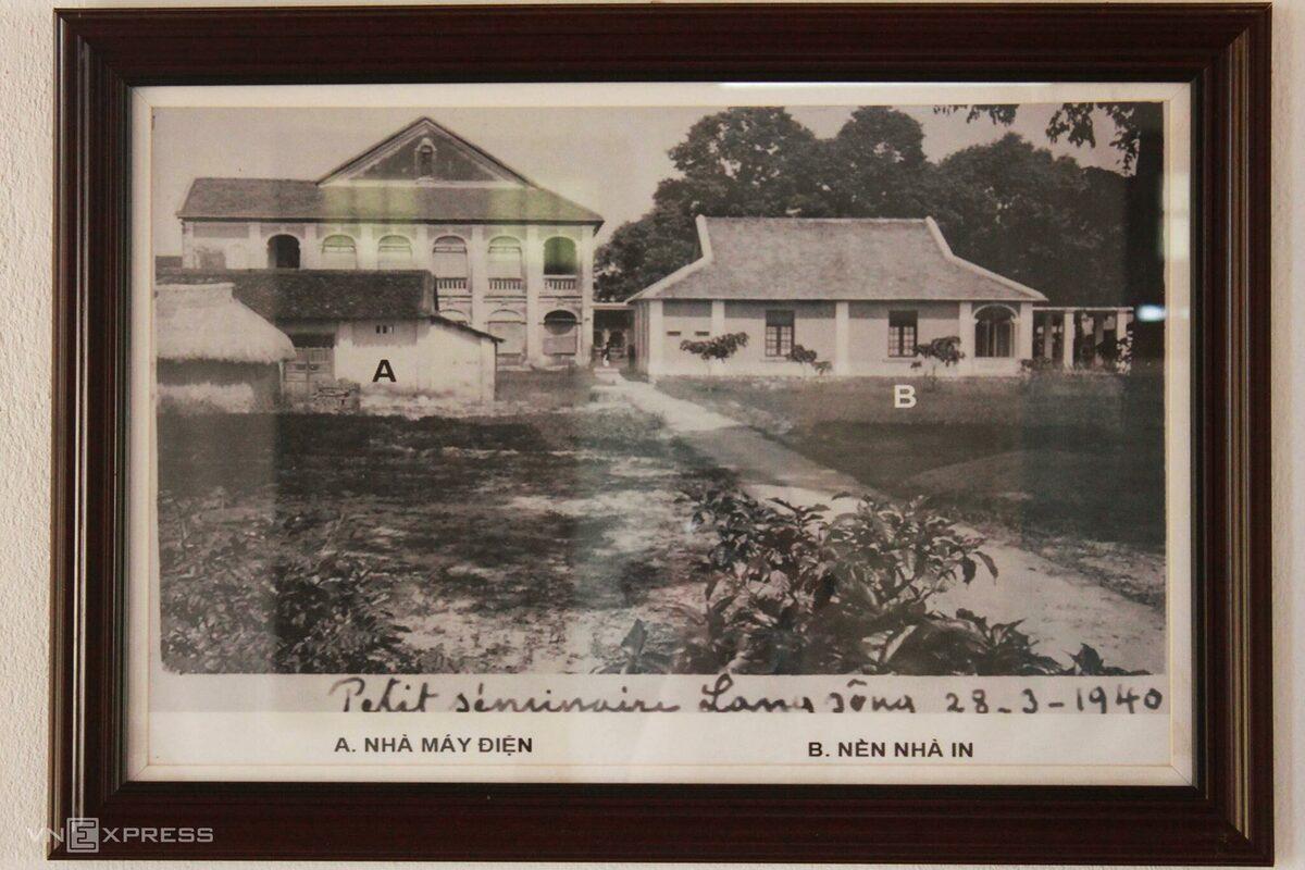 Hiện chưa ai xác định chính xác mốc thời gian ra đời và hình ảnh cụ thể của nhà in ban đầu, vì nơi này từng bị đốt phá năm 1885. Mãi đến năm 1904, nhà in mới được tái thiết, rồi hoạt động đến khoảng năm 1936 thì dời về Quy Nhơn.