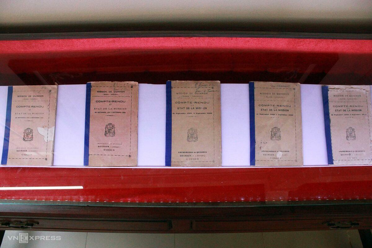 Các ấn phẩm được trưng bày theo thứ tự năm xuất bản. Sách cũ được bảo quản trong tủ kính kín.