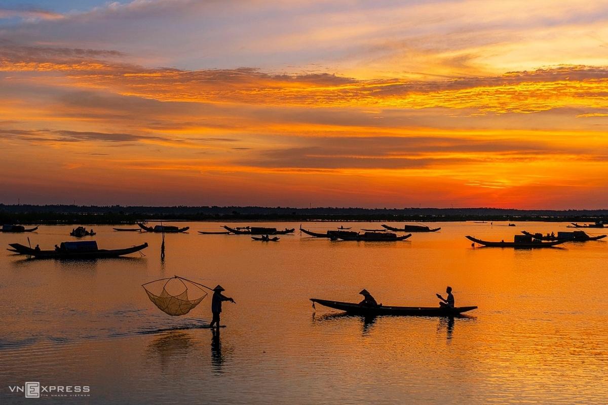 Bức tranh màu vàng cam lúc hừng đông trên chợ nổi Ngư Mỹ Thạnh.  Quảng Điền có chiều dài bờ biển khoảng 12 km và vùng đầm phá có diện tích hơn 4.000 ha, trong đó chợ nổi thôn Ngư Mỹ Thạnh, thuộc phá Tam Giang, hoạt động nhộn nhịp từ 3 - 4h.