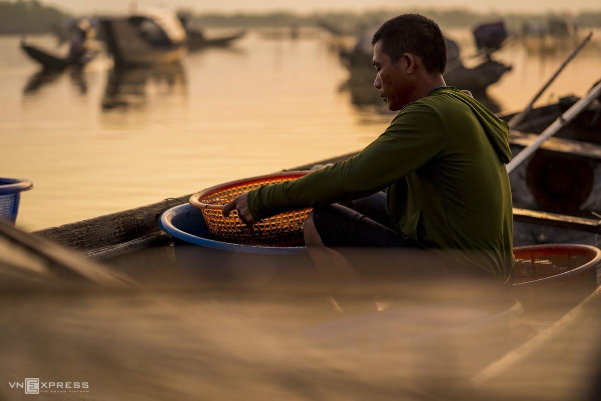 Người ngư dân thu được vài lạng tép sau một đêm chặn lưới. Mùa nước cạn vào tháng 5 - 6 nên ngư dân chủ yếu chặn lưới bắt tép và các loài cá nhỏ.