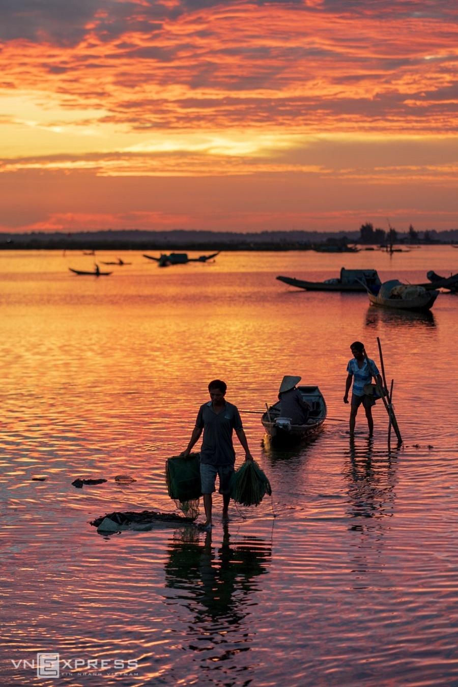 Chiều tối hôm trước là lúc ngư dân đi đặt lưới, thả lừ trên đầm và quay về lúc hừng sáng họp chợ.