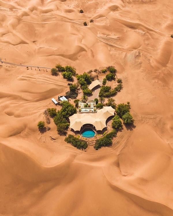 """Al Maha như một ốc đảo nhỏ, nằm dưới những tán cọ xanh giữa khu bảo tồn sa mạc Dubai, UAE. Du khách tới đây bằng xe jeep, vượt những đồi cát nhấp nhô giữa cái nắng """"cháy da"""" của sa mạc. Thế nhưng đến nơi, bạn được tận hưởng kỳ nghỉ sang chảnh với những trải nghiệm độc đáo. Ảnh Stefanthurairatnam"""