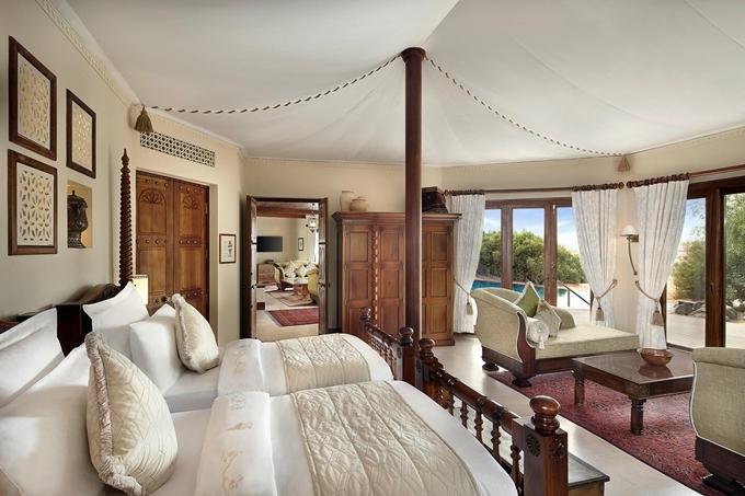 Resort có 42 phòng, nối với nhau bằng con đường lát gỗ. Phần mái che như lều du mục. Nội thất tông màu trắng chống nóng, thiết kế kết hợp giữa phong cách hiện đại và hoa văn truyền thống Ả Rập tạo sự thoải mái. Các chi tiết trang trí chạm trổ tinh tế. Mọi căn phòng đều có tầm nhìn hướng cồn cát. Ảnh Al Maha