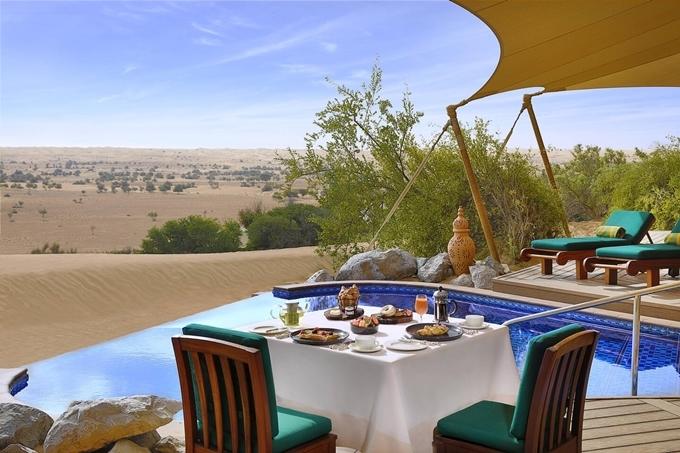 Mỗi sáng hay tối, bạn đều được tận hưởng bữa ăn riêng ngoài ban công, ngắm nhìn sa mạc rộng lớn. Không gian hoàn toàn riêng tư, thích hợp cho gia đình nhỏ hay các đôi tình nhân. Ảnh Al Maha